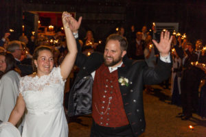 Kvelden avsluttes og brudeparet drar i fra festlokalet