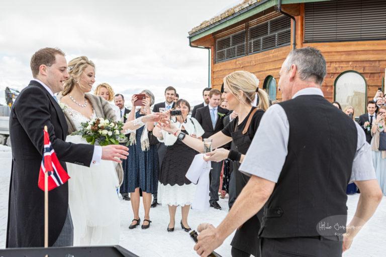 Alle sto ute da brudeparet kon tilbake fra fotografering