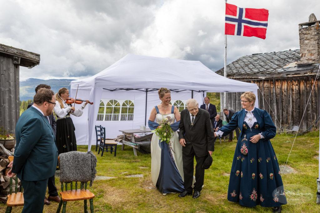 Til tradisjonelle toner på fele blir bruden fulgt opp til vigsler av sin far