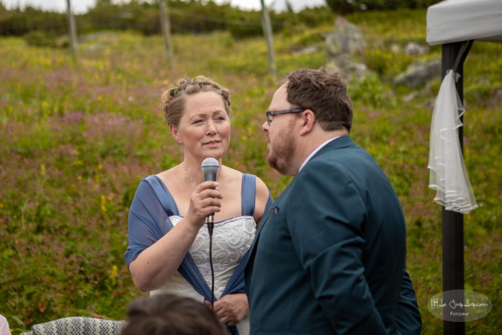 Brudeparet overrasket alle med å synge duett.