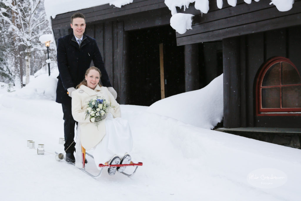 Det er vel bare i Norge brudeparet ankommer på spark?
