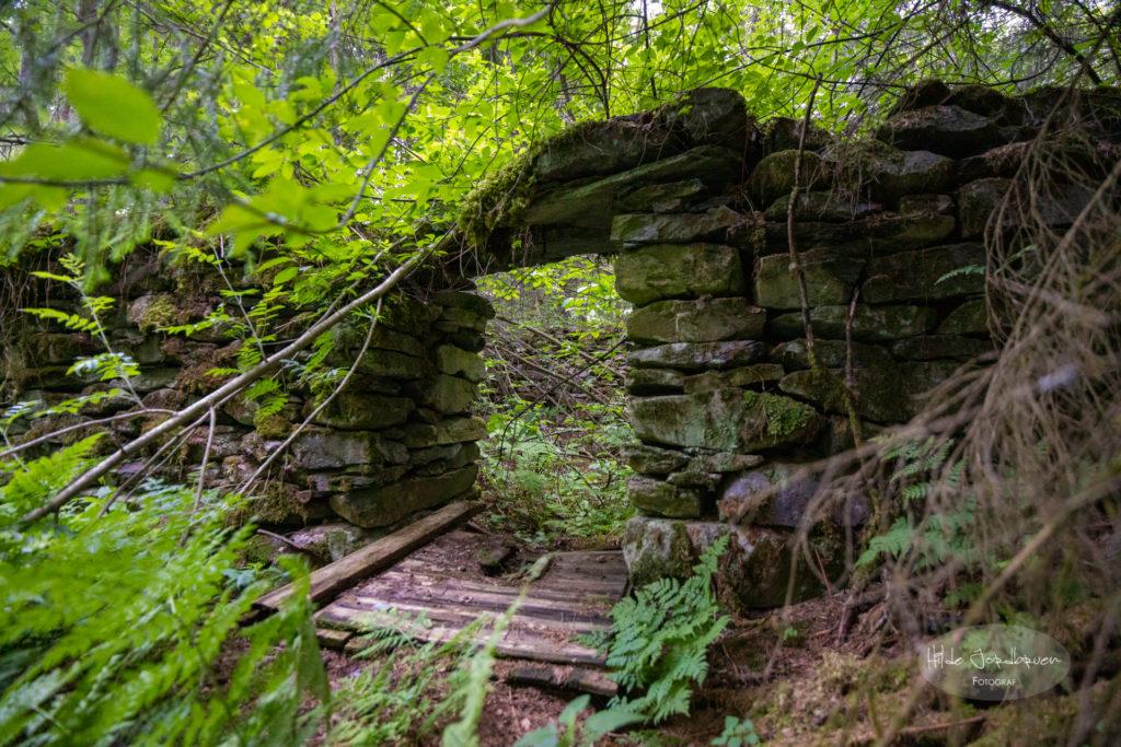 På vegen oppover går man forbi ruinene av gamle husmannsplasser. Her er det mye rom for å tenke seg tilbake til hvordan det en gang har vært i dalen her.