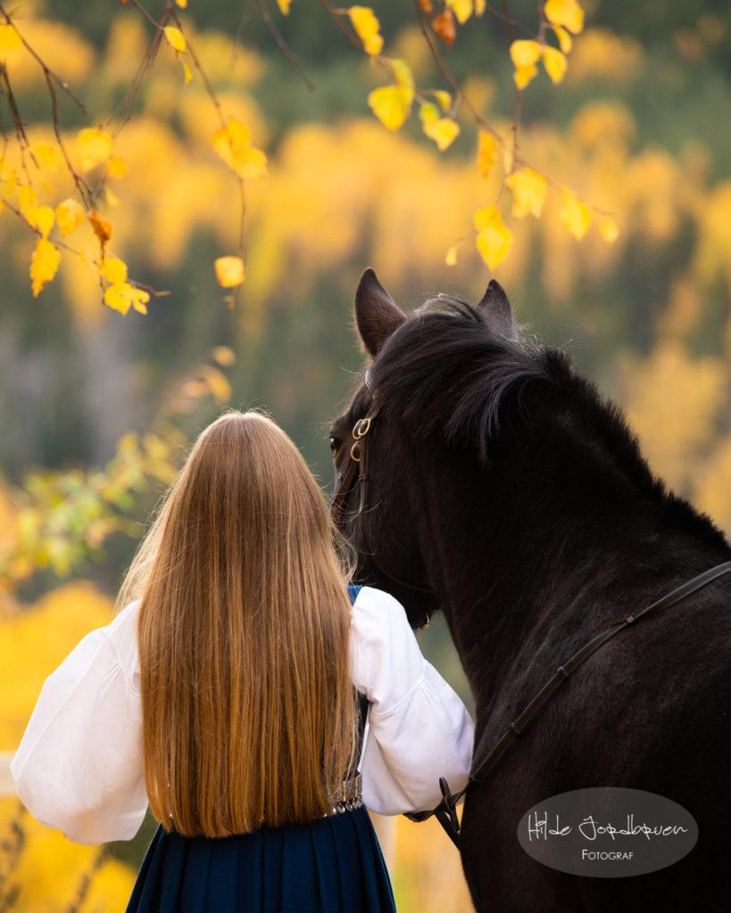 Med bunad og hest