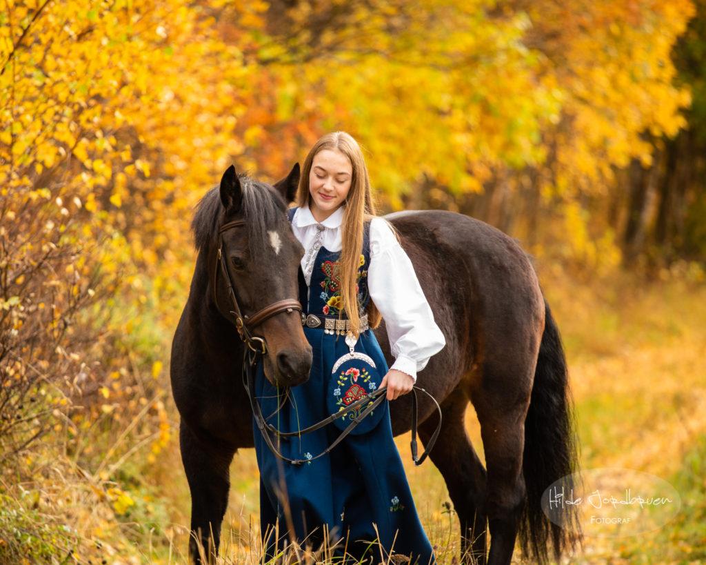 Høsten på sitt mest eksplosive - høst - hest og konfirmant i bunad