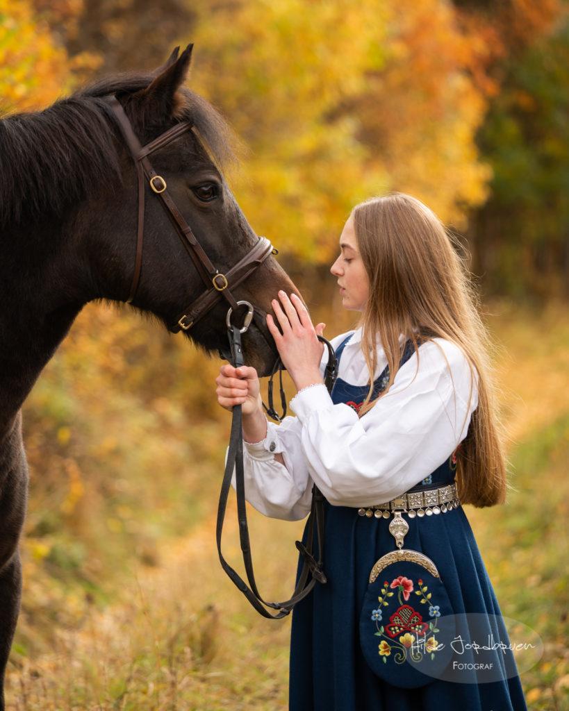 Fint øyeblikk med konfirmant og  hest