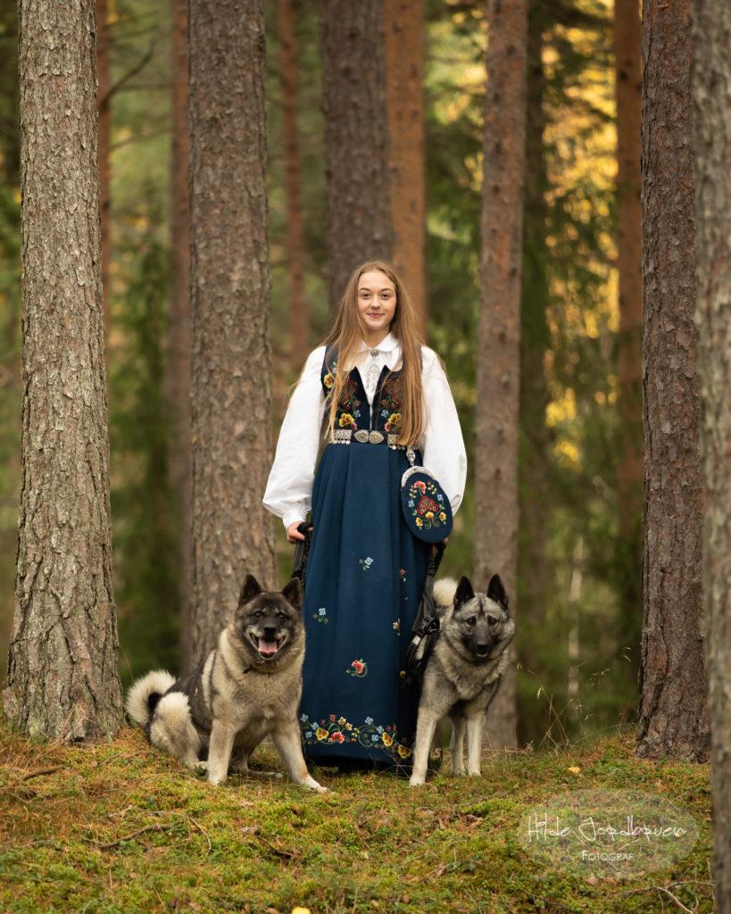 Astrid er ei aktiv jente - her i skogen med familiens elghunder