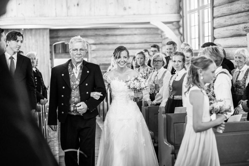 Bruden blir fulgt av sin far opp kirkegulvet