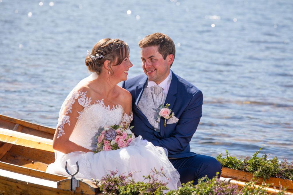 Ida's søster og forlover er det som har pyntet trebåten så flott med røsslyng og det er også hun som har laget buketten