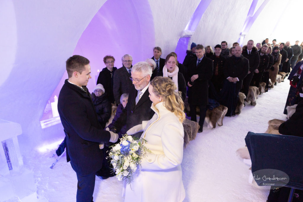 Brudeparet foran en fullsatt katedral