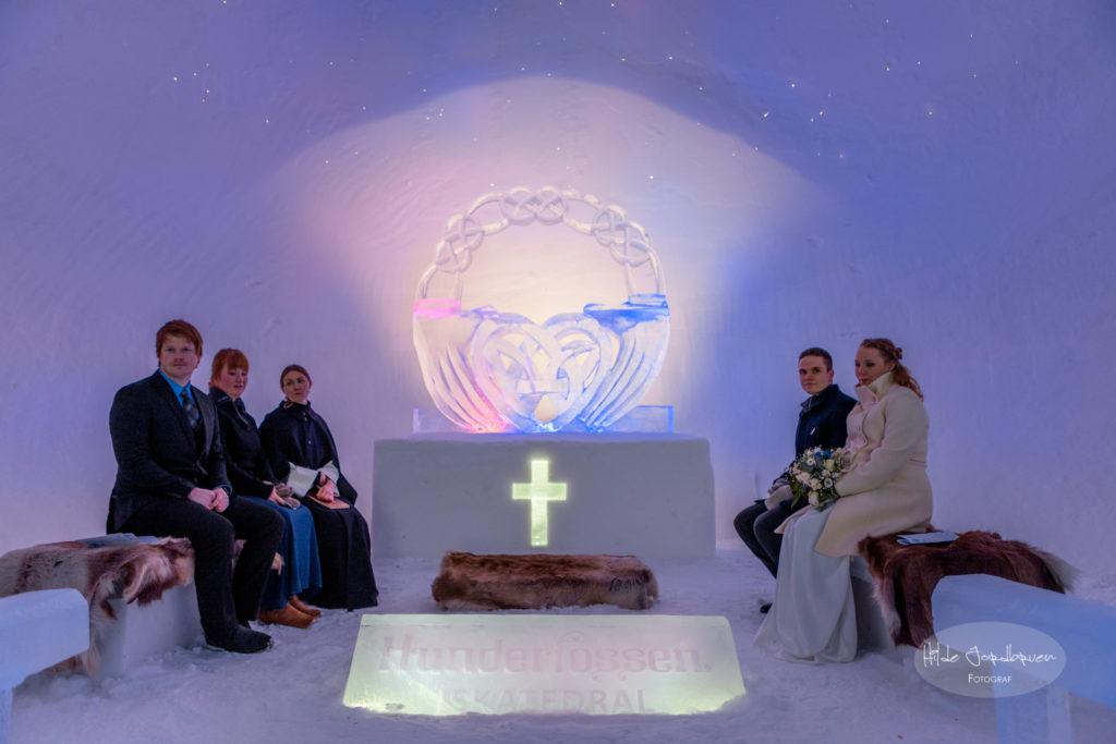 Katedralens alter og kor er som tatt ut av et eventyr. Alteret og all iskunsten er laget av iskunstneren Elisabeth Kristensen