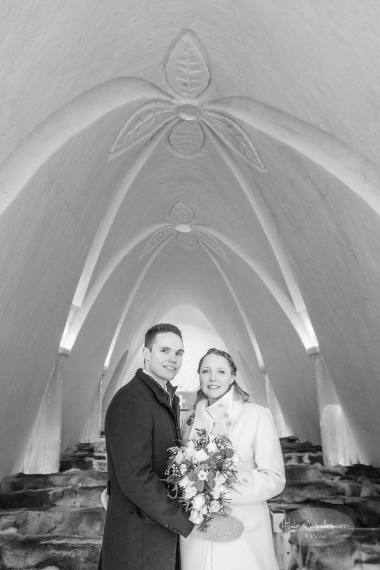 Brudepar inne i kirken