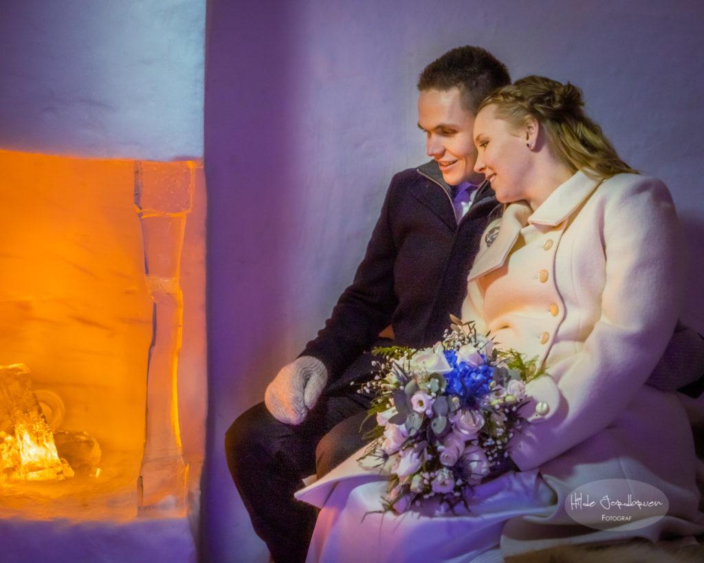 Isktedralen og snøhotellet har tusenvis av ledlys som lager magisk stemning. Heldigvis var det vakre brudeparet godt kledd.