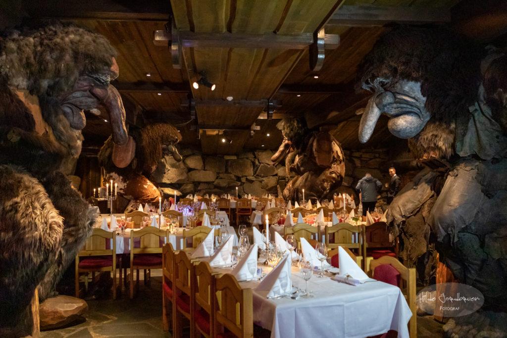 Her i den stemningsfulle Trollsalen skal middagen være