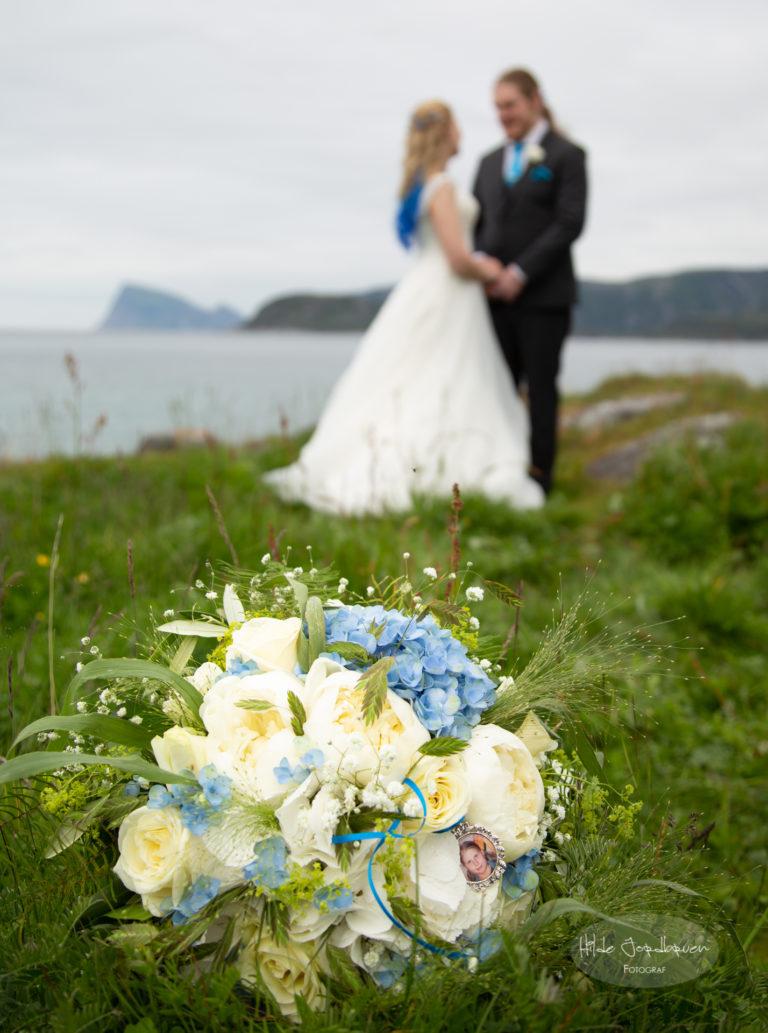 Legg merke til detaljen i brudebuketten - den forteller en historie