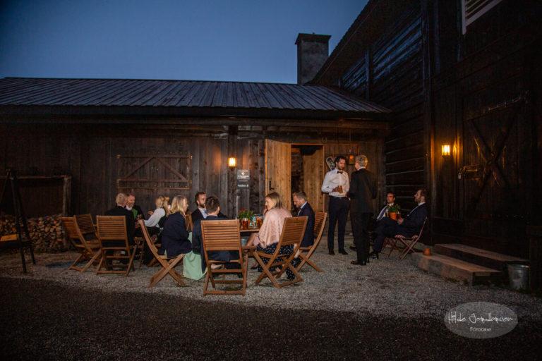 Sittegruppe utenfor inngangen til baren