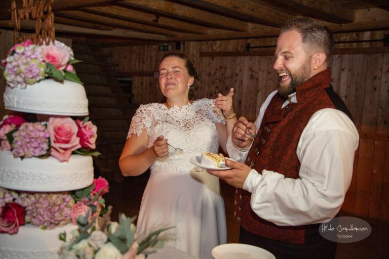 Herlig øyeblikk under kutting av kake. Bare mennesker med små barn vil skjønne hva brudgommen gjorde her da han skulle mate sin brud