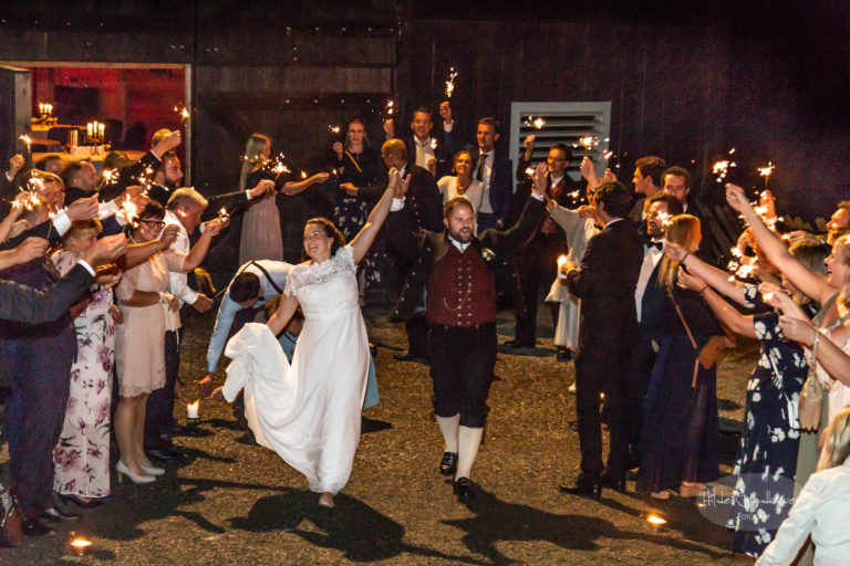 Klokken 02 drar brudeparet til ukjent sted i skinnet fra 90 stjerneskudd