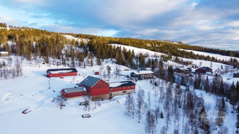 Dronebilde over gardsbruk