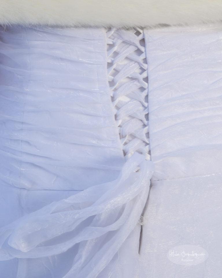 Jeg har knyttet brudekjolens rygg - man får til det meste når man bare prøver!