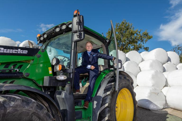 Diger traktor, flott konfirmant og masse rundballer!