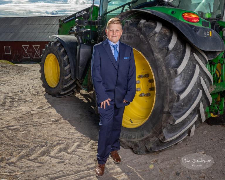 Diger traktor og kul konfirmant!
