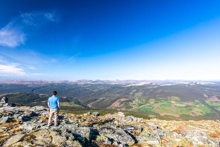 Utsikt mot Venabygd og Venabygdsfjellet - kan du skimte Muen i det fjerne? Dynjefjell og Trabelifjell i forkan