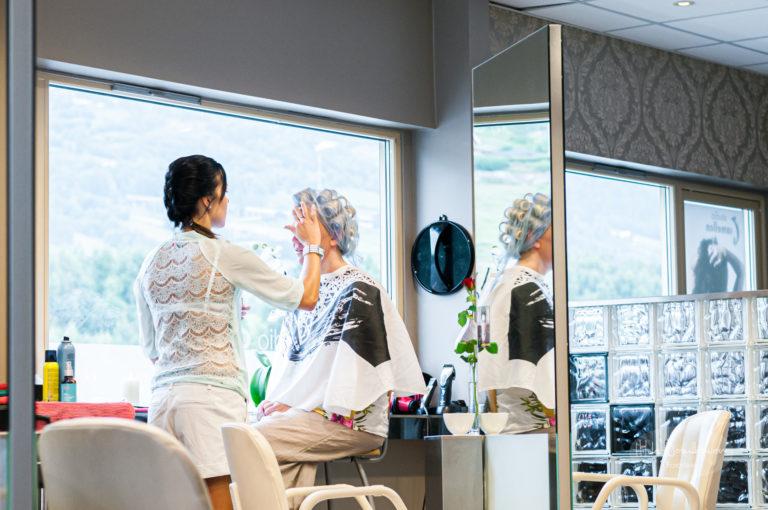 Brudepynting er masse jobb for frisøren også - her var salongen stengt for andre kunder mens vi var her.