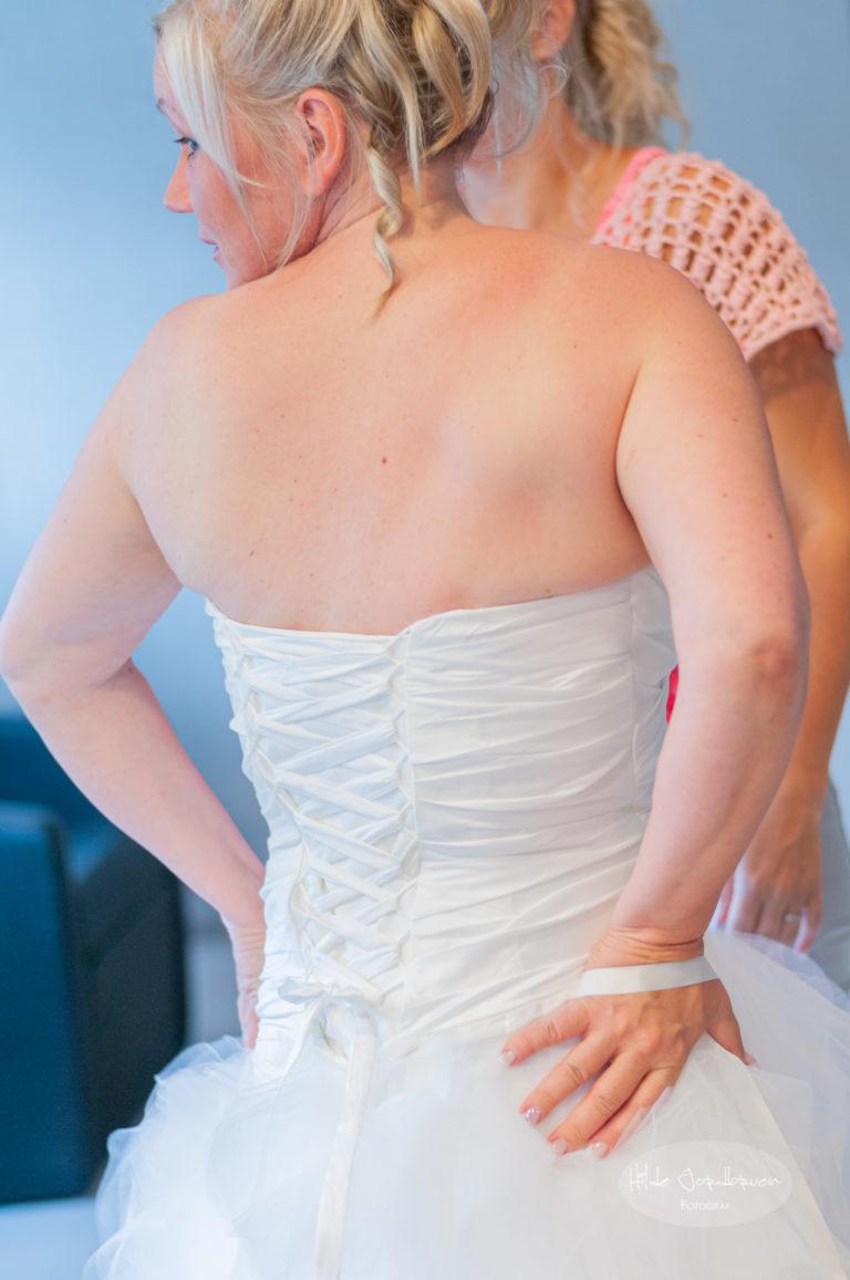 Ryggen på brudekjolen er ferdig knytt!