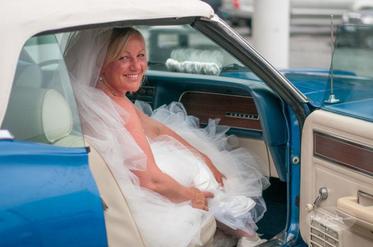 Bruden er på plass i bilen - en 69 modell Mercury Cougar