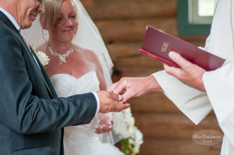 Presten hadde ringene i boka si og ga dem til brudeparet