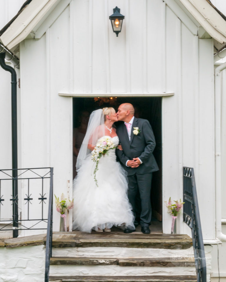 Kysset på kirketrappa