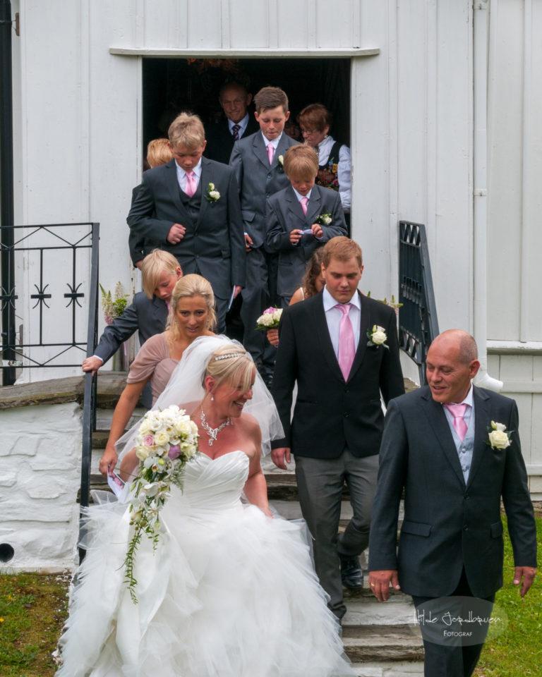 Brudefølget kommer ut av kirken.