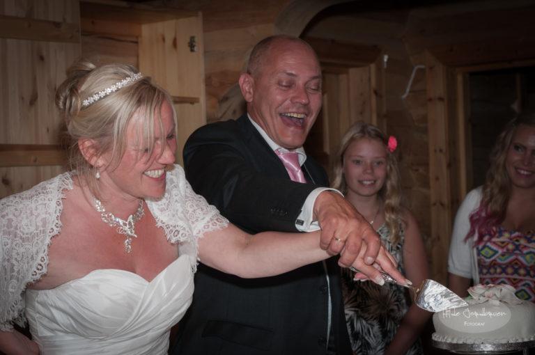 Kutting av bryllupskake er også et øyeblikk de fleste har med - her er mitt første forsøk på å forevige dette øyeblikket