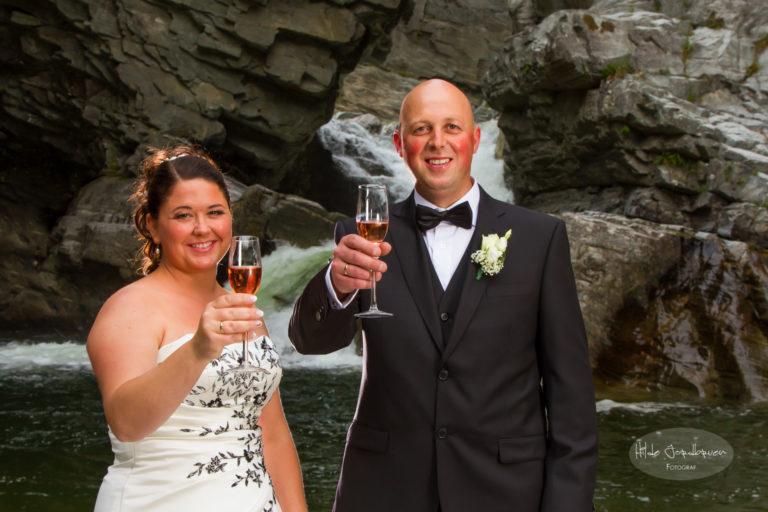 May og Arnt med litt rosa champagne. Fotografering av brudepar i juvet