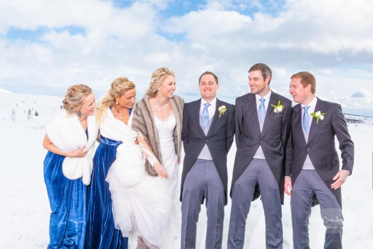 Venner var svært viktig for brudeparet - nesten viktigere enn dem selv var det å få mange og gode bilder av flokken sammen