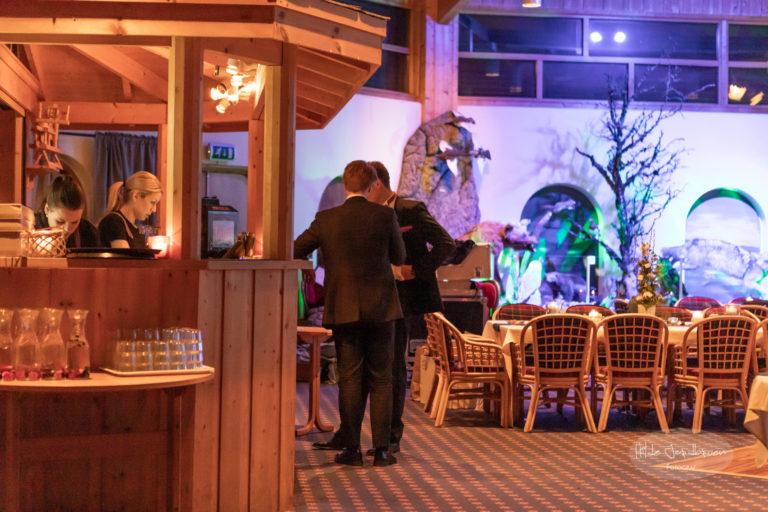 Etter middag flytter gjestene seg til baren som er innholdsrik og stemningsfull