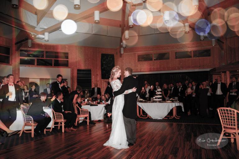 Brudeparet dro i gang dansen og festen var i gang
