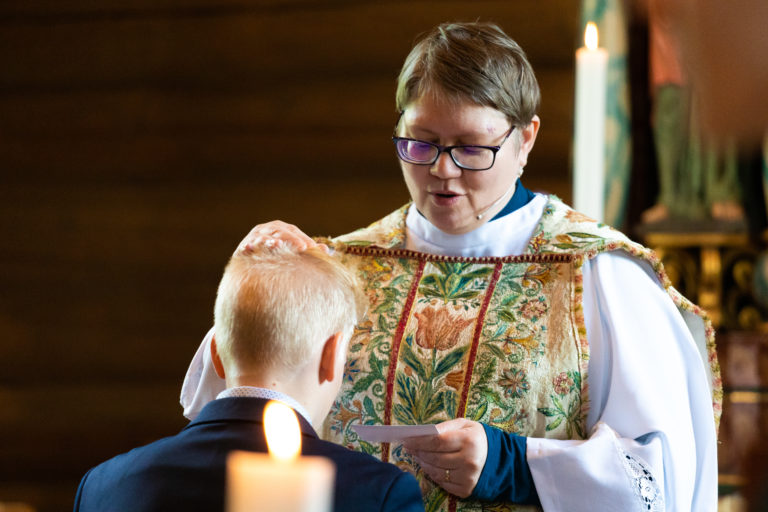 Prostiprest Anna Elisabet Getsdottir sto for liturgien i Heidal