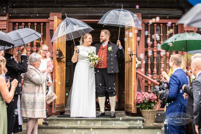 Regn, såpebobler og glede på kirketrappa