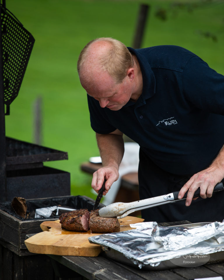 På Rudi Gard bruker de mye lokalprodusert mat og de griller på skikkelig vis!