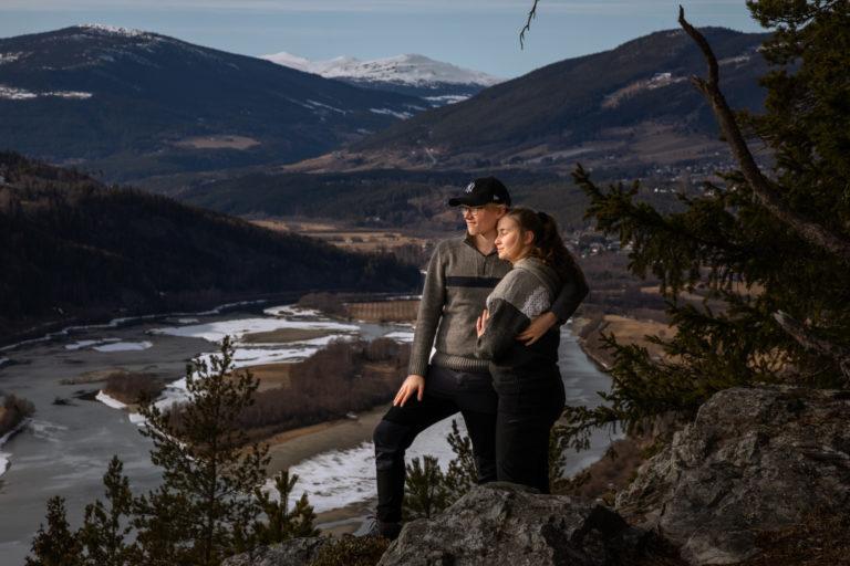 I lav ettermiddagssol på Høgkleiva- Med utsikt nordover og den snøkledde Krøkla i bakgrunnen