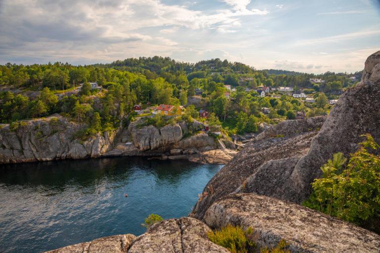 Fra Dragen har du nydelig utsikt til Svinevika og havet