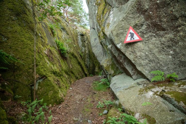 Stien er merket med Troll-skilt