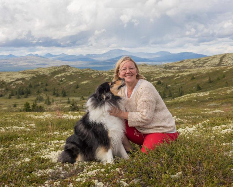 Aud Marit er min assistent og medarbeider på mange bryllupsfotograferinger. Her med Rondane som bakgrunn.